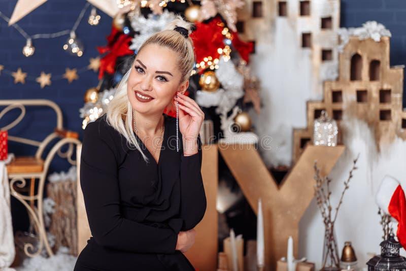 Ritratto di bella donna sulla notte di San Silvestro fotografia stock libera da diritti