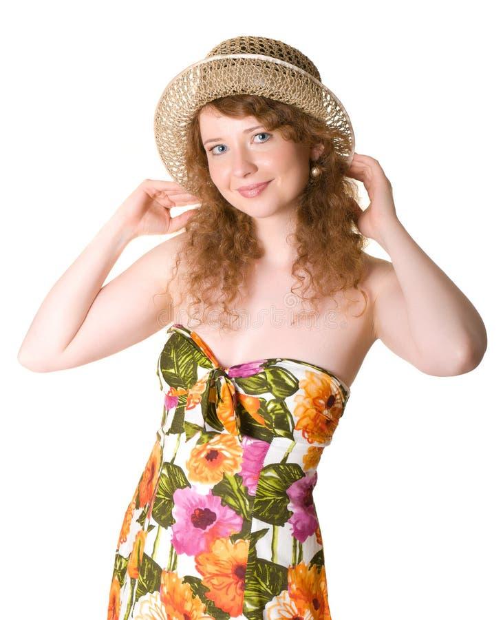 Ritratto di bella donna in un cappello di paglia. fotografia stock