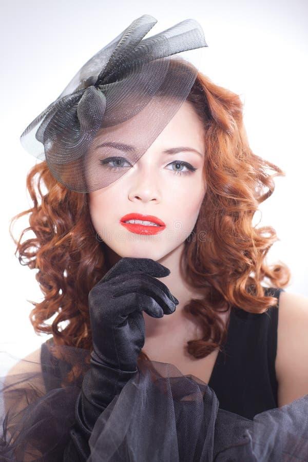 Ritratto di bella donna in un retro stile in vestito nero immagine stock libera da diritti