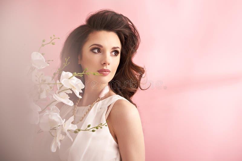 Ritratto di bella e donna elegante fotografie stock