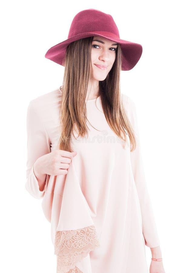 Ritratto di bella femmina sorridente che indossa attrezzatura alla moda immagine stock