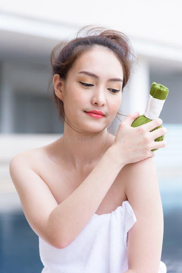 Ritratto di bella gente asiatica che ha massaggio della mano stazione termale sa fotografia stock libera da diritti