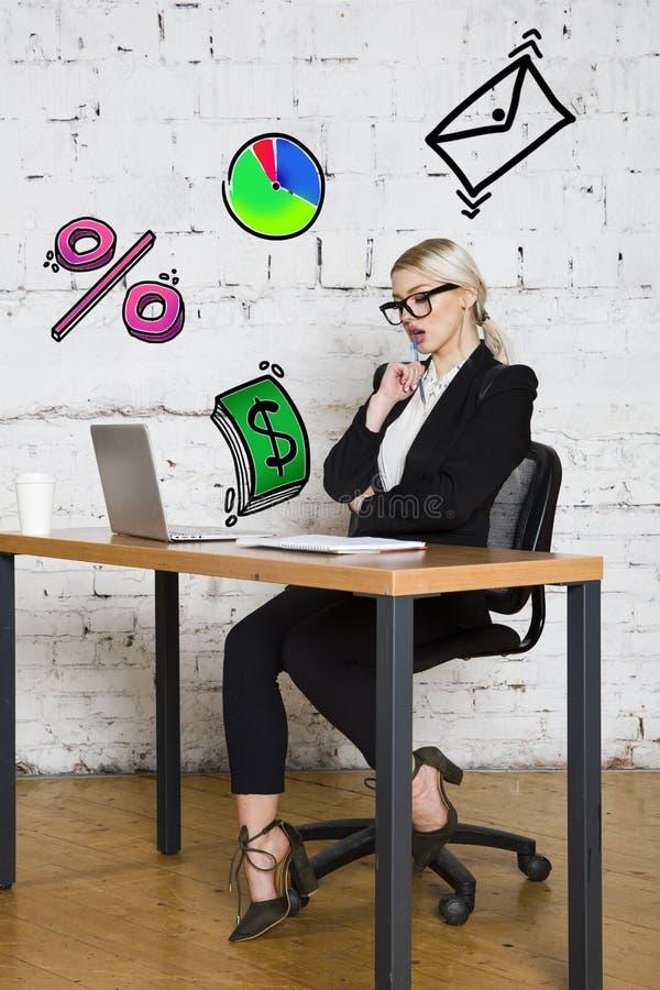 Ritratto di bella giovane donna di affari che porta una camicia bianca e un vestito nero e un pensiero Concetto di affari immagini stock