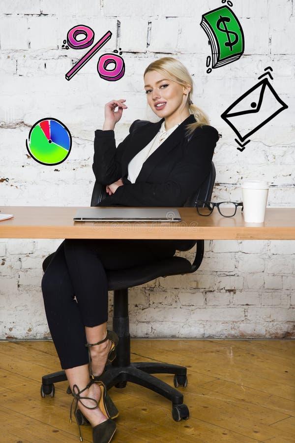 Ritratto di bella giovane donna di affari che porta una camicia bianca e un vestito nero e un pensiero Concetto di affari immagini stock libere da diritti