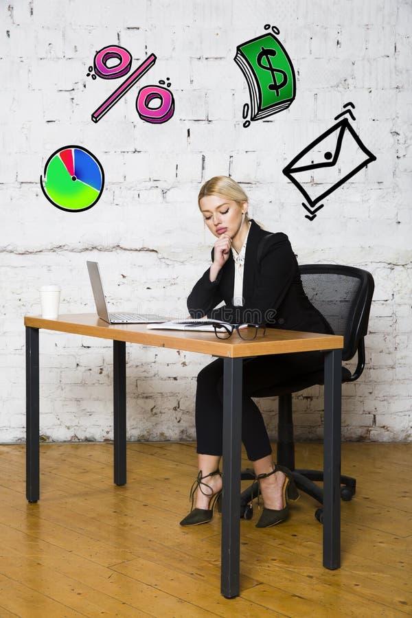 Ritratto di bella giovane donna di affari che porta una camicia bianca e un vestito nero e un pensiero Concetto di affari fotografia stock libera da diritti