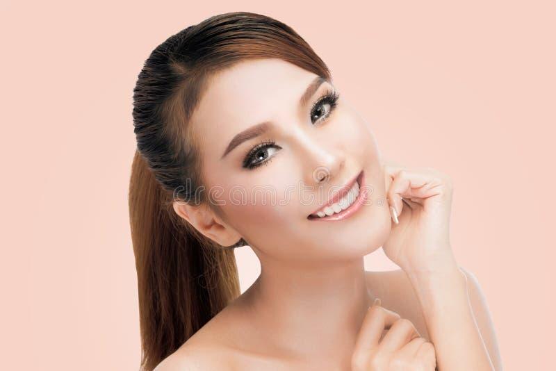 Ritratto di bella giovane donna asiatica che esamina macchina fotografica Pelle fresca perfetta fotografie stock