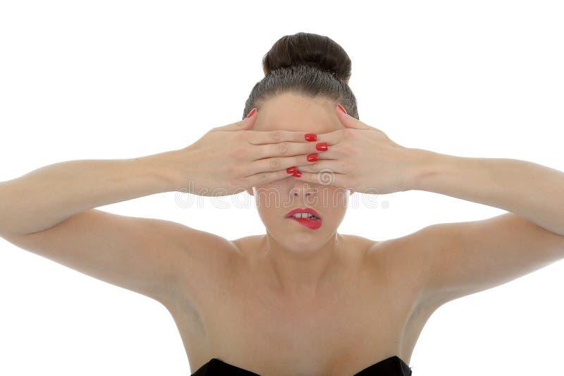 Ritratto di bella giovane donna attraente che la copre occhi fotografie stock libere da diritti