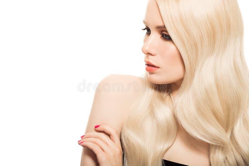Ritratto di bella giovane donna bionda con capelli ondulati lunghi fotografia stock