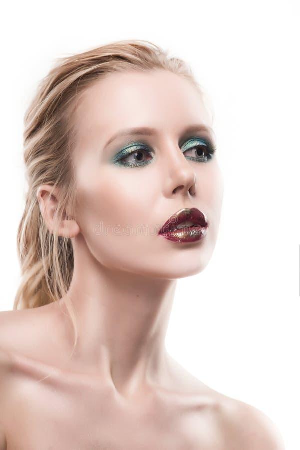 Ritratto di bella giovane donna bionda con il fronte pulito L'alto KE fotografia stock