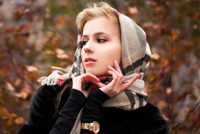Ritratto di bella giovane donna bionda in fazzoletto da collo fotografia stock