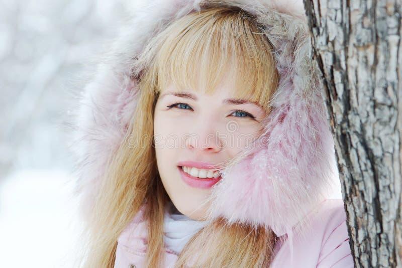 Ritratto di bella giovane donna bionda nell'inverno immagine stock