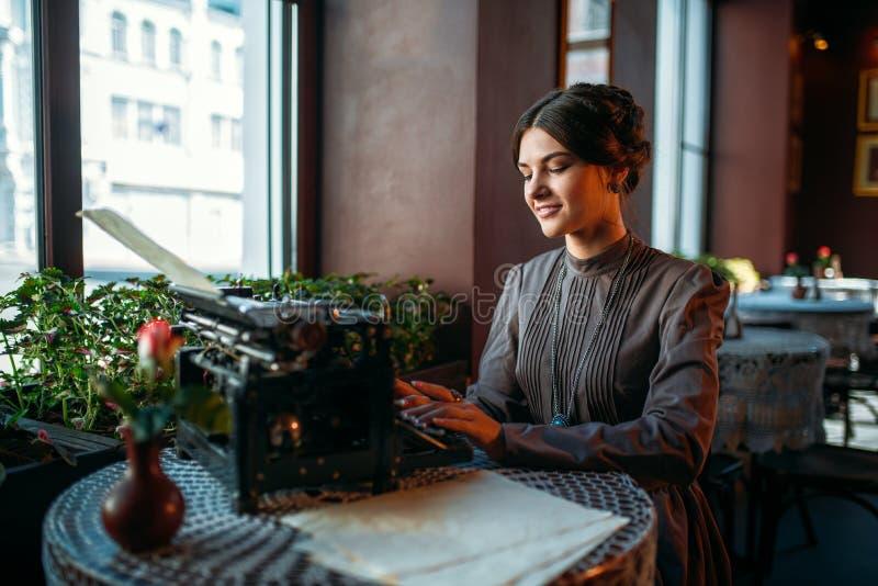 Ritratto di bella giovane donna in caffè fotografia stock libera da diritti
