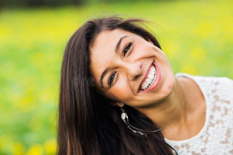 Download Ritratto Di Bella Giovane Donna Castana Immagine Stock - Immagine di denti, ritratto: 30828607