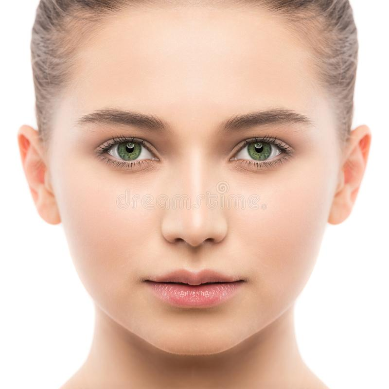 Ritratto di bella giovane donna castana con il fronte pulito Isolato su un bianco immagine stock