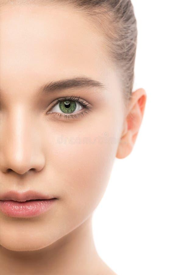 Ritratto di bella giovane donna castana con il fronte pulito Isolato su un bianco fotografie stock