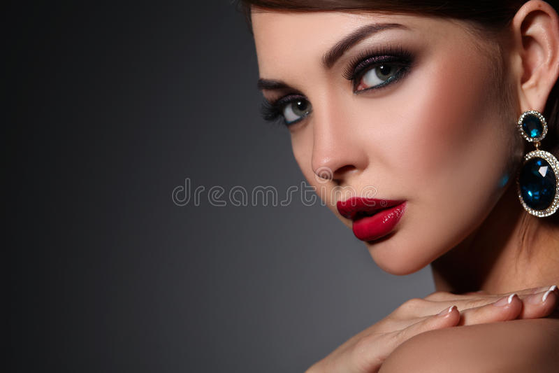 Ritratto di bella giovane donna castana in orecchio fotografia stock