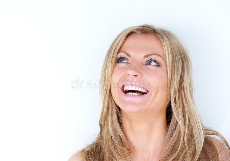 Ritratto di bella giovane donna che ride e che cerca fotografia stock libera da diritti
