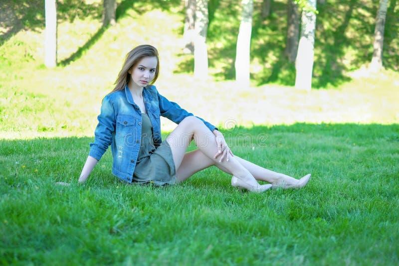 Ritratto di bella giovane donna che si rilassa all'aperto immagini stock