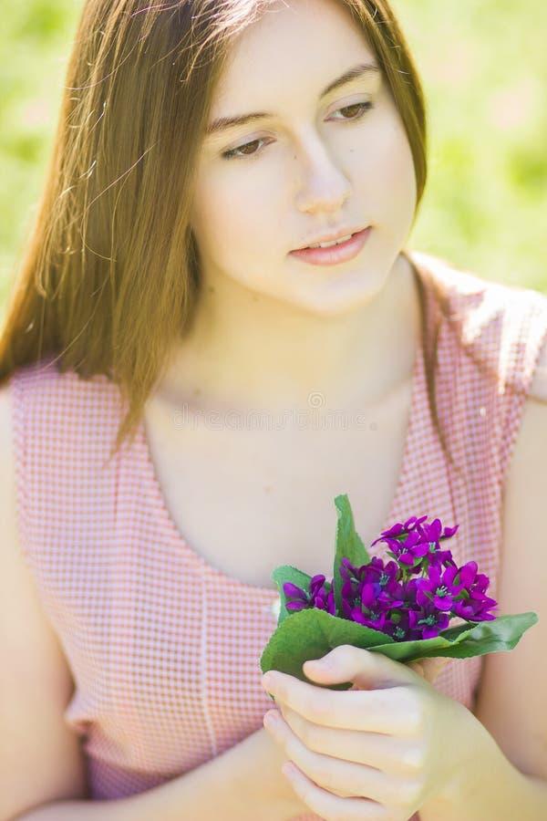 Ritratto di bella giovane donna con capelli marroni fotografie stock