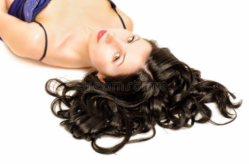 Ritratto di bella giovane donna con capelli ricci immagine stock