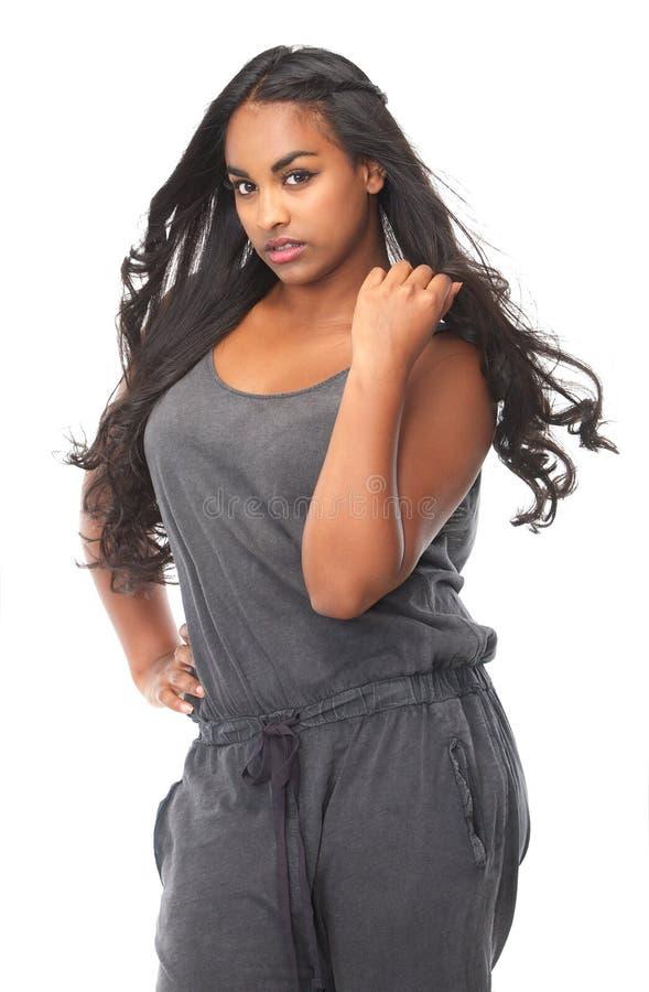 Ritratto di bella giovane donna con capelli scorrenti fotografie stock