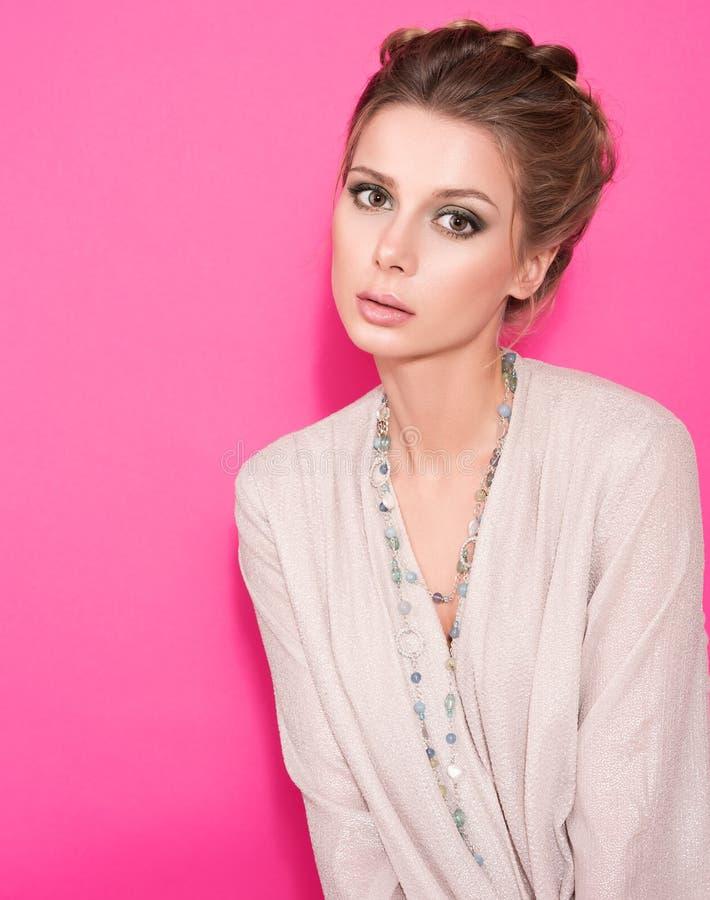Ritratto di bella giovane donna con gli occhi di piercing Acconciatura, blusa bianca fotografia stock libera da diritti