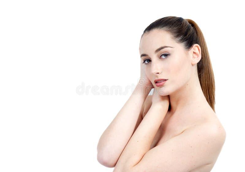 Ritratto di bella giovane donna con i capelli lunghi di Brown che guardano a immagine stock