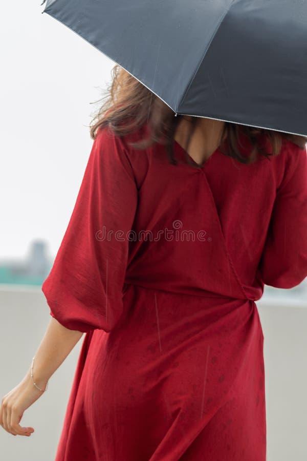 Ritratto di bella giovane donna con l'ombrello immagini stock libere da diritti