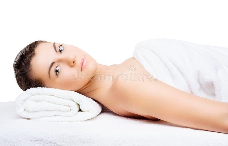 Ritratto di bella giovane donna con pelle sana, passo naturale fotografia stock