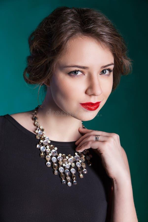 Ritratto di bella giovane donna con trucco di sera fotografie stock libere da diritti