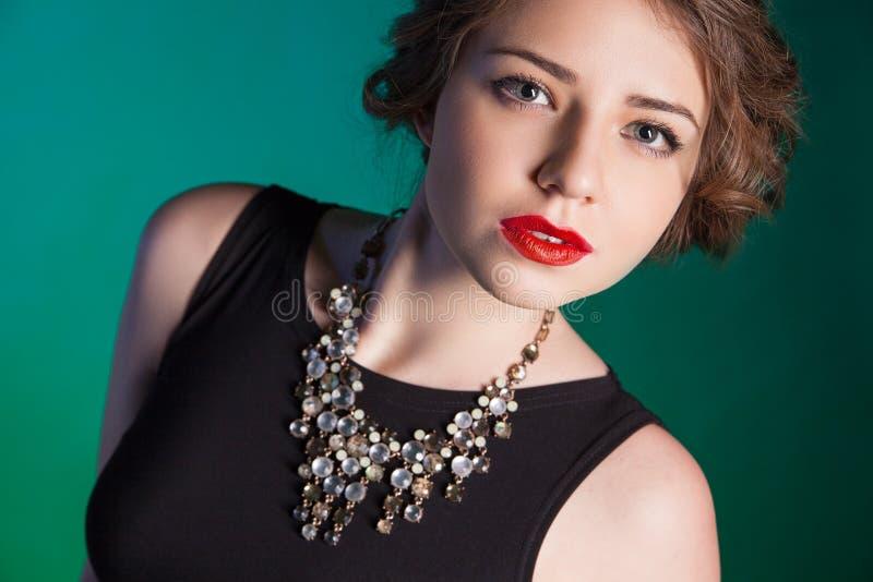 Ritratto di bella giovane donna con trucco di sera fotografia stock