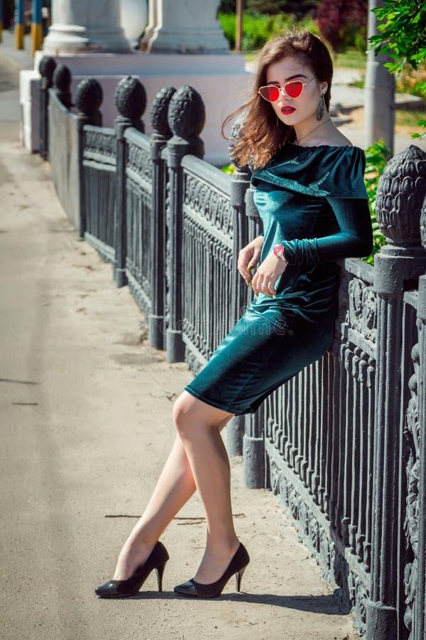 Ritratto di bella giovane donna con trucco luminoso immagine stock libera da diritti