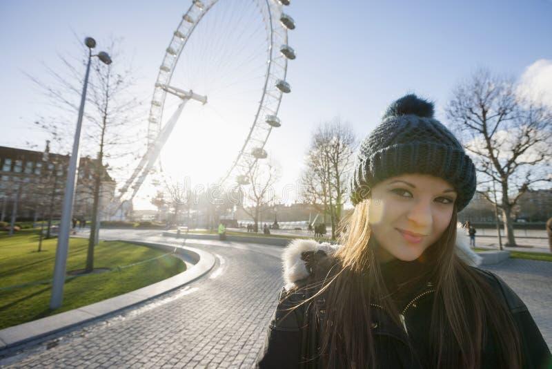 Ritratto di bella giovane donna davanti all'occhio di Londra, Londra, Regno Unito immagine stock libera da diritti