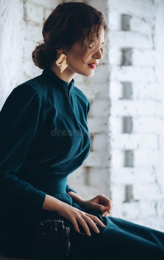 Ritratto di bella giovane donna del Brunette fotografia stock