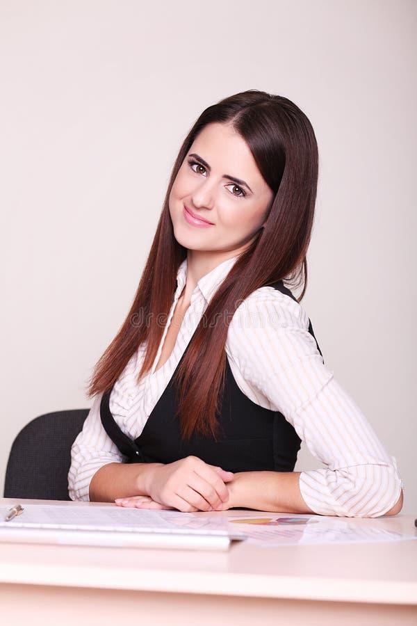 Ritratto di bella giovane donna di affari immagine stock libera da diritti