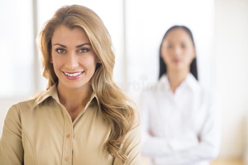 Ritratto di bella giovane donna di affari At Office immagini stock