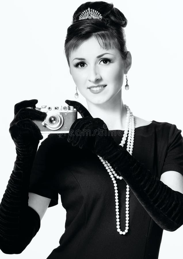 Ritratto di bella giovane donna elegante con un camer d'annata fotografie stock