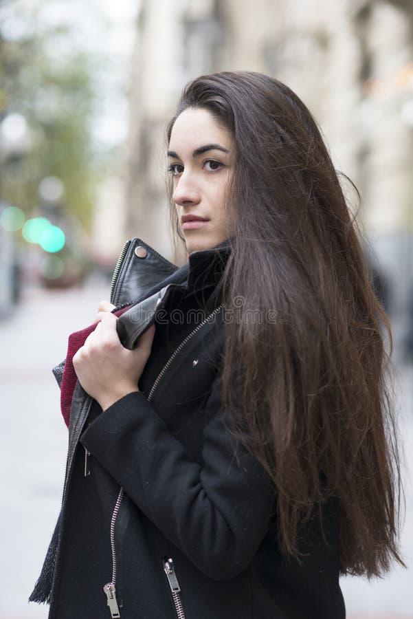 Ritratto di bella giovane donna elegante nella via fotografia stock libera da diritti