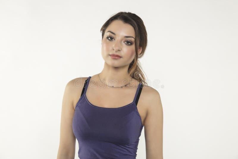 Ritratto di bella giovane donna, isolato su fondo fotografia stock