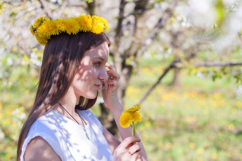 Ritratto di bella giovane donna nel parco di fioritura di melo un giorno soleggiato Ragazza felice sorridente della ragazza felic fotografie stock libere da diritti