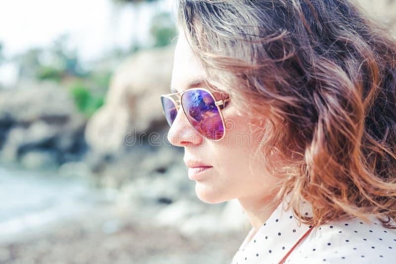 Ritratto di bella giovane donna nel profilo in sungla di modo fotografie stock