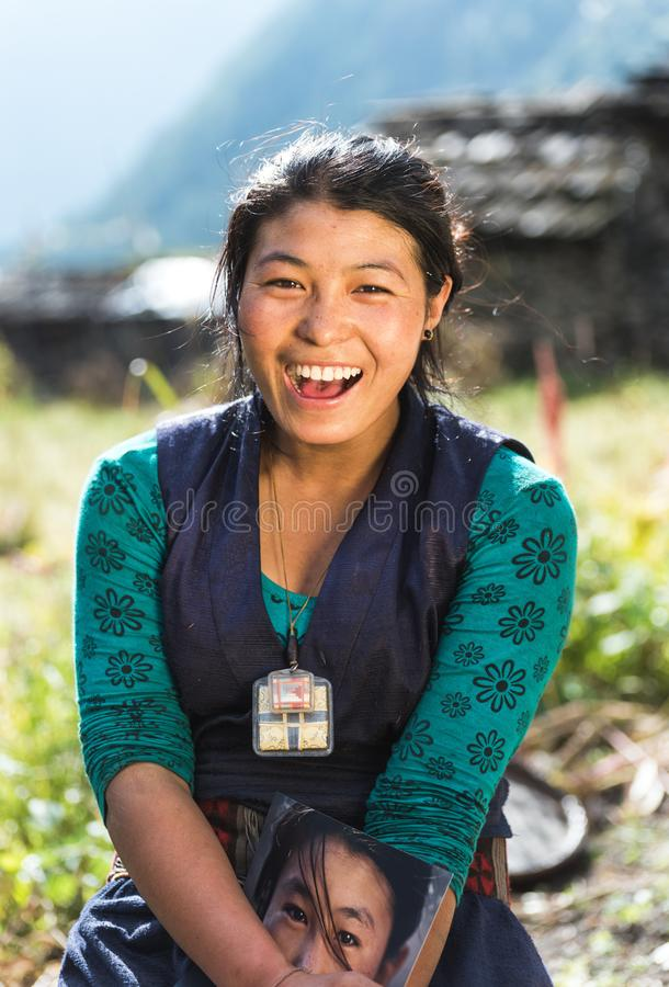 Ritratto di bella giovane donna nepalese sorridente immagini stock