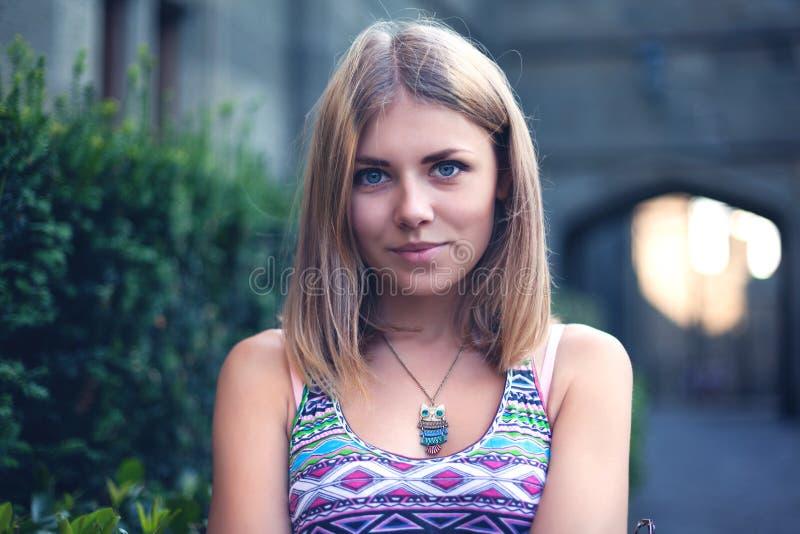 Ritratto di bella giovane donna in parco fotografia stock