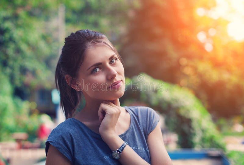 Ritratto di bella giovane donna in parco immagini stock libere da diritti