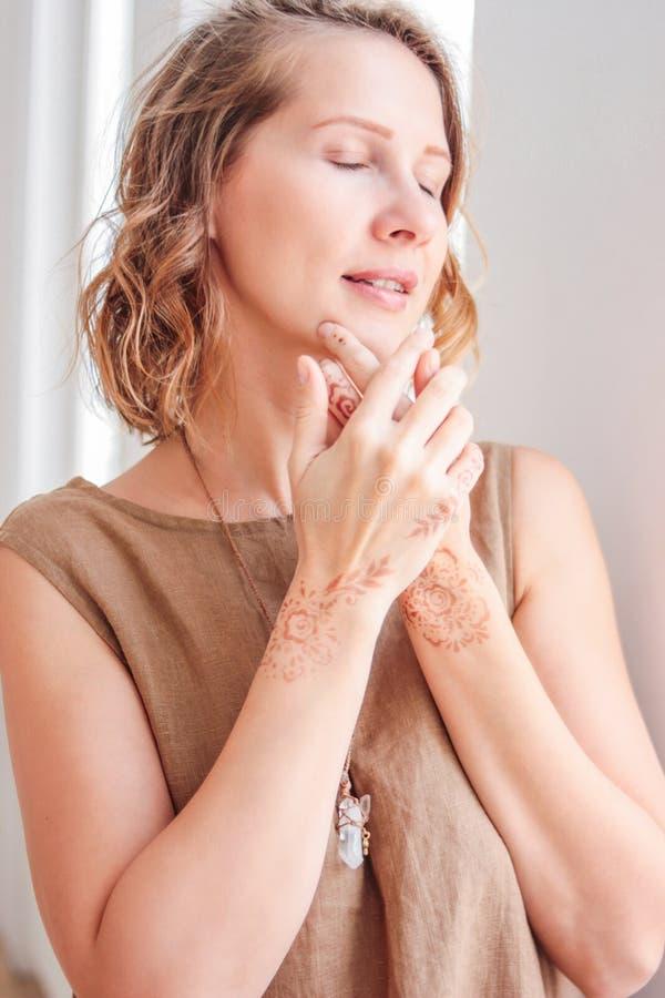 Ritratto di bella giovane donna in vestito di tela con il mehendi sulle mani, bellezza naturale di eco fotografia stock libera da diritti