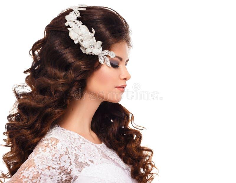 Ritratto di bella giovane ragazza castana in vestito da sposa bianco dal pizzo immagine stock libera da diritti