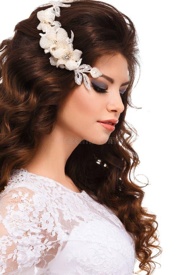 Ritratto di bella giovane ragazza castana in vestito da sposa bianco dal pizzo immagine stock