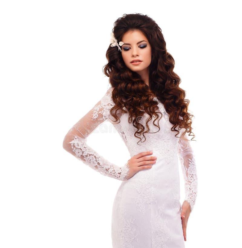 Ritratto di bella giovane ragazza castana in vestito da sposa bianco dal pizzo fotografia stock libera da diritti