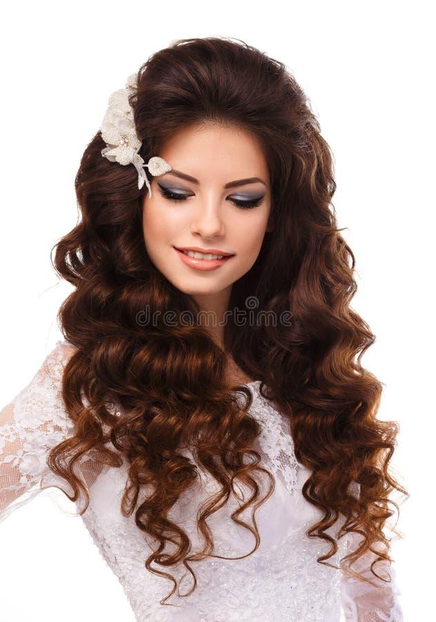 Ritratto di bella giovane ragazza castana in vestito da sposa bianco dal pizzo fotografie stock