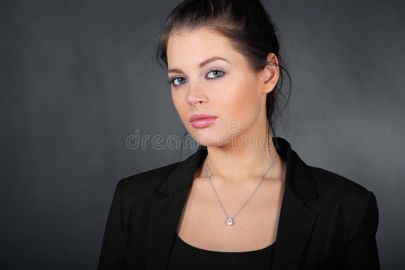 Ritratto di bella giovane ragazza del brunette fotografie stock